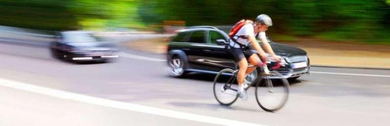 Ciclista-en-carretera-con-coches-930x300